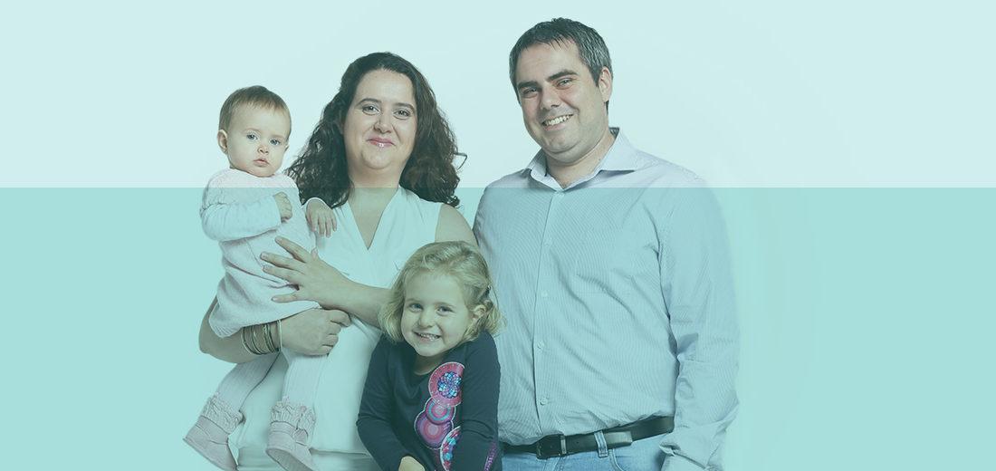 Familia alrededor de una banqueta, padre, madre y dos hijas
