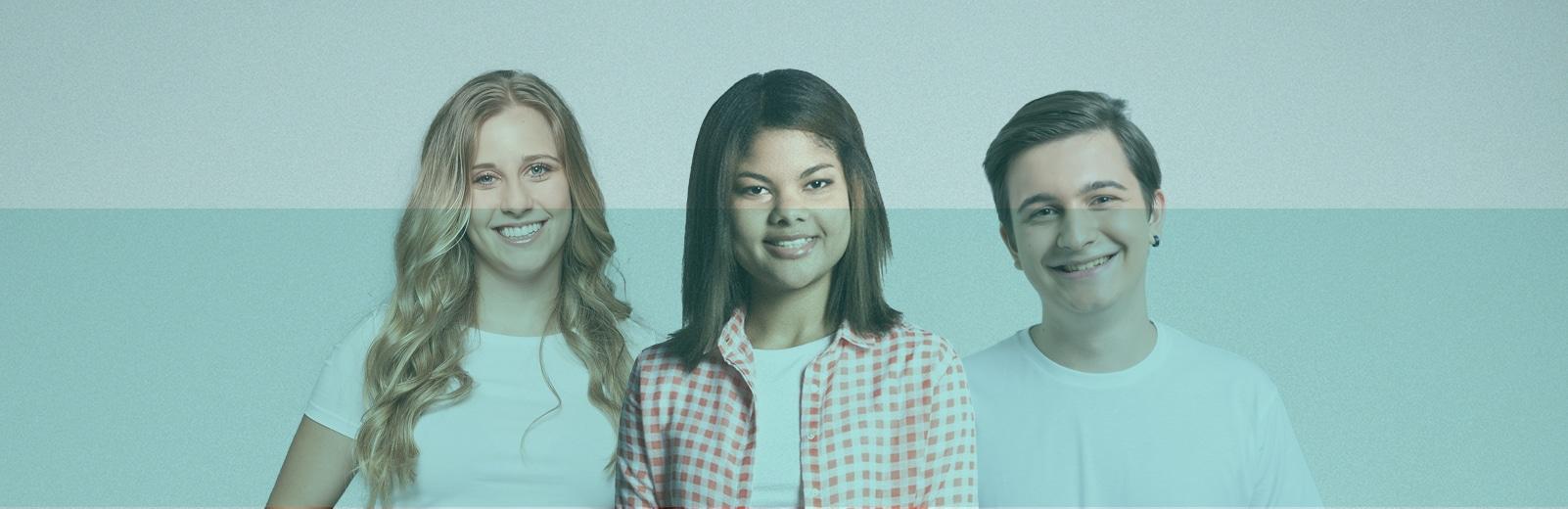Tres jóvenes candidatos de Fundación Adecco sonríen. Visten con camiseta blanca y están muy contentos.