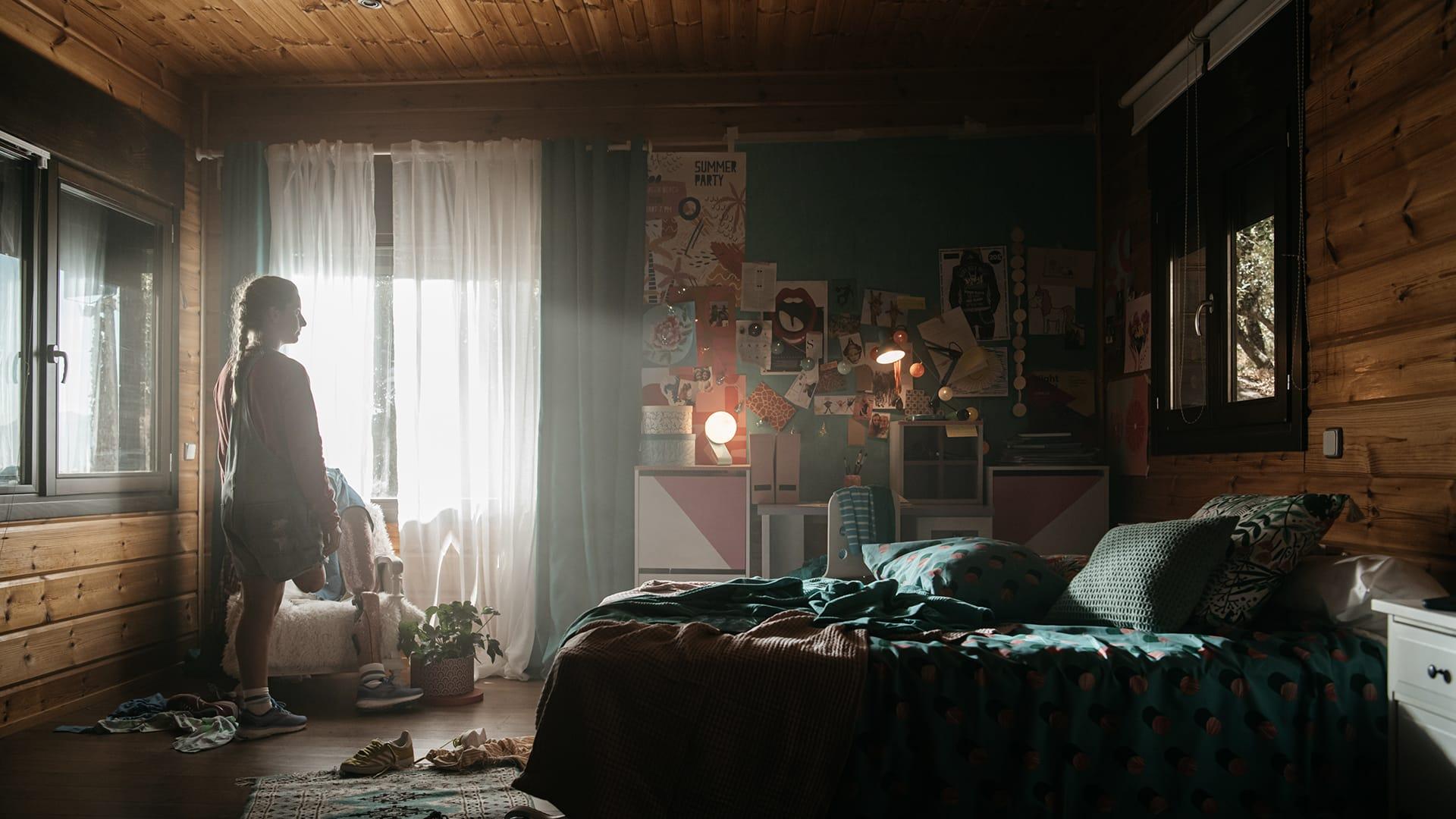 Desirée Vila mira su habitación con la prótesis de su pierna quitada y apoyada en un sillón.