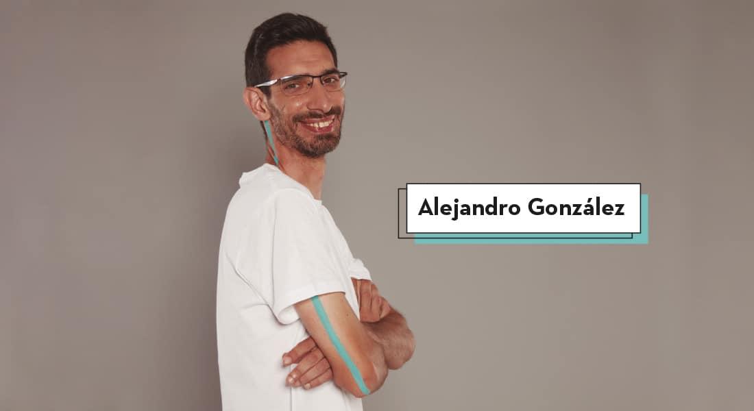 Alejandro de perfil con sus brazos cruzados mira a cámara sonriente mientras una línea de color azul recorre su brazo hasta llegar hasta su oreja, todo ello en favor del empleo