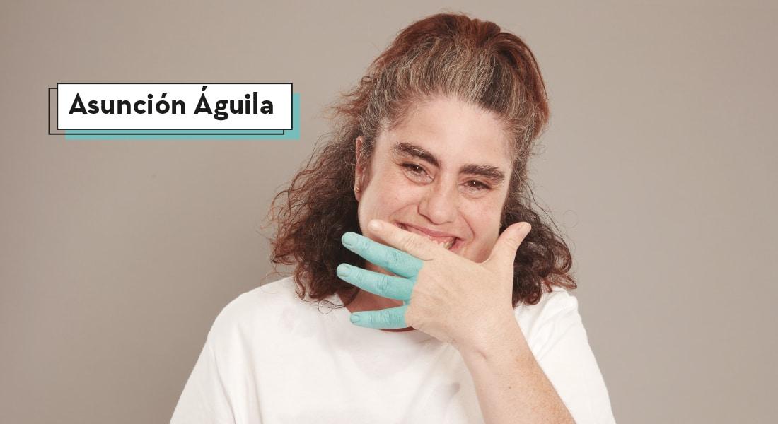Asunción cubre su sonrisa con su mano izquierda mientras sus dedos corazón, anular y meñique están pintados por completo de color azul