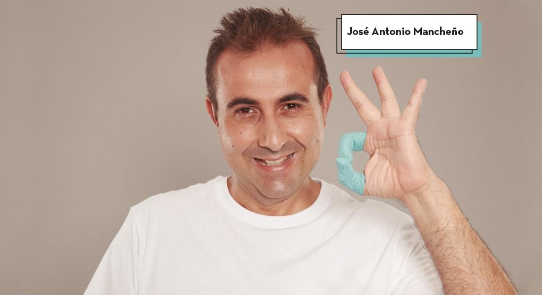 José Antonio con su dedo pulgar e indice pintados de azul y en forma de ok confirma que la vida es mejor con empleo