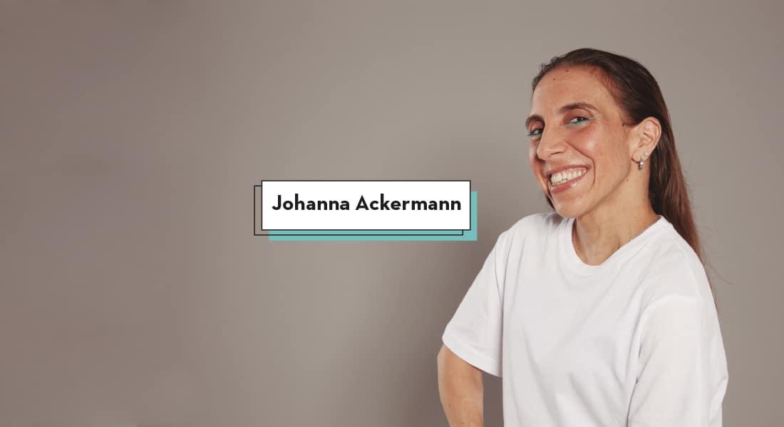 Johanna con sus ojos maquillados de color azul, lanza una mirada y una sonrisa cómplice a la cámara
