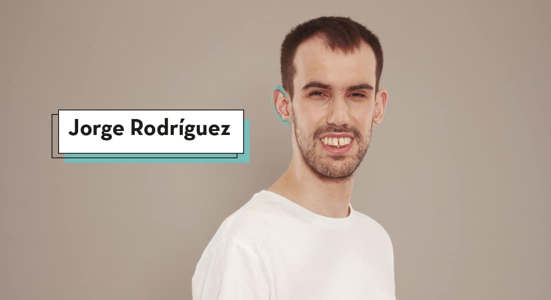 Jorge Rodríguez mira a cámara con gesto confiado y amplia sonrisa mientras su oreja derecha está pintada de azul