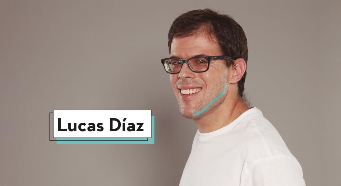 Lucas Díaz con su cuerpo girado ligeramente hacia la derecha mientras una línea de color azul recorre su mandíbula en aras de favorecer la inclusión de personas con discapacidad