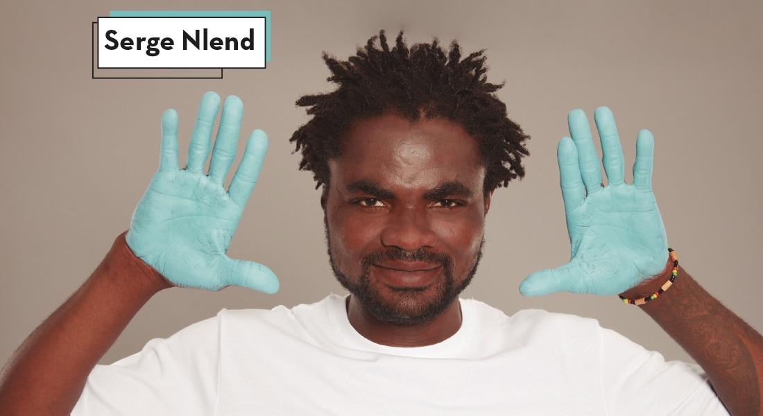 Serge muestra a cámara las palmas de sus manos pintadas de azul para reivindicar la importancia de tener un empleo