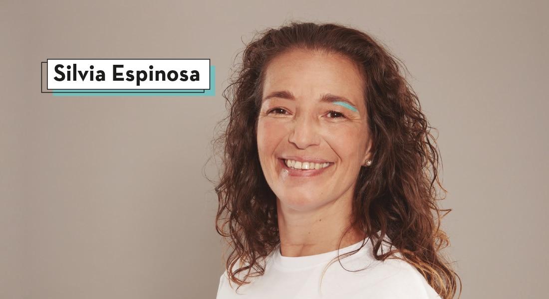 Silvia sonriendo con una marca azul debajo de su ceja izquierda para defender la importancia del Empleo Para Todos