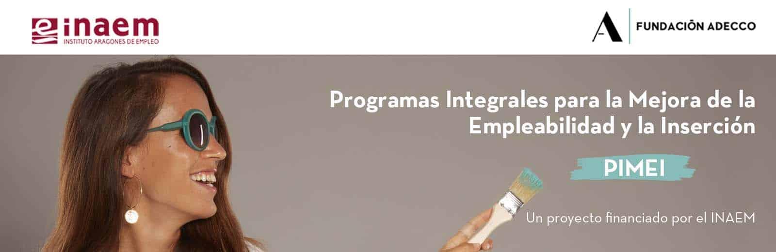 Maria Petit embajadora de la Fundación Adecco sujeta pincel en mano señalado y promocionando la puesta en marcha del programa PIMEI