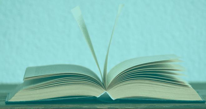 Imagen de un libro sobre una mesaabierto por la mitad